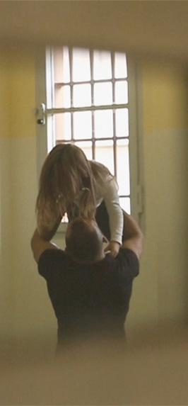 Un papà detenuto saluta la figlia a fine colloquio in carcere