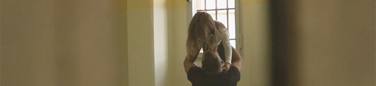 Un detenuto saluta la figlia nel carcere di Opera (Milano)