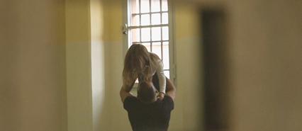 un-papa-detenuto-saluta-sua-figlia-or2