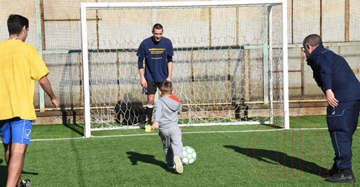 Papà e bambini in campo durante la seconda edizione de La partita con papà, a Catania.