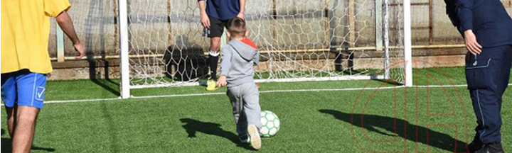 bambino gioca a calcio con papà